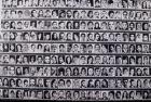 Bandera hecha de fotos de desaparecidos
