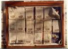 """Campaña """"Dele una mano a los desaparecidos"""", hojas-afiches de manos sobre muro urbano."""
