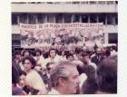 """Pancarta """"Madres de la Plaza los artistas las abrazan"""""""