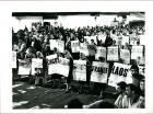 Manifestación de alrededor de 30000 personas organizada por las Madres de Plaza de Mayo portando carteles con siluetas de manos que recibieron de varios países del mundo