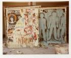 Primer Siluetazo, tres siluetas y consigna en panel de madera.