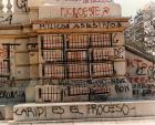 """Serigrafías con los nombres de los militares represores y """"carapintadas"""" revelados contra la democracia, en el monumento de Plaza Congreso. Pintada: Caridi es el proceso."""