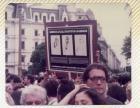 """Cartel-estandarte """"Madres de la plaza los artistas las abrazan"""""""